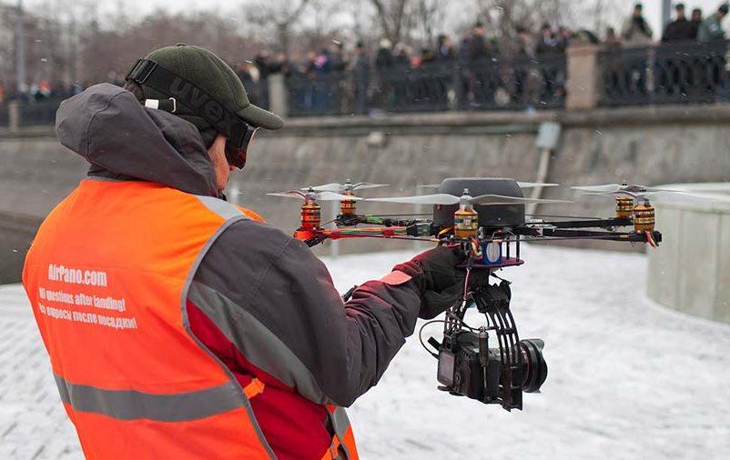 jornalista usando drone para cobertura jornalística