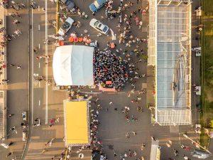 visão aérea da cobertura jornalística com drones