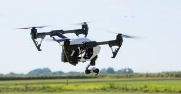 drone no ar durante aula de formação de pilotos de drone