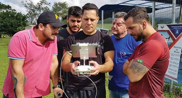 alunos se atentando ao curso de formação de pilotos de drone