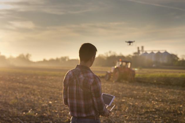 homem descobrindo os benefícios do mapeamento aéreo com drones