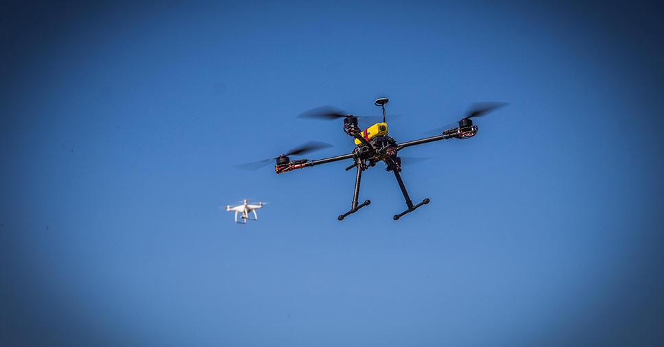 peças que compõem o drone no ar