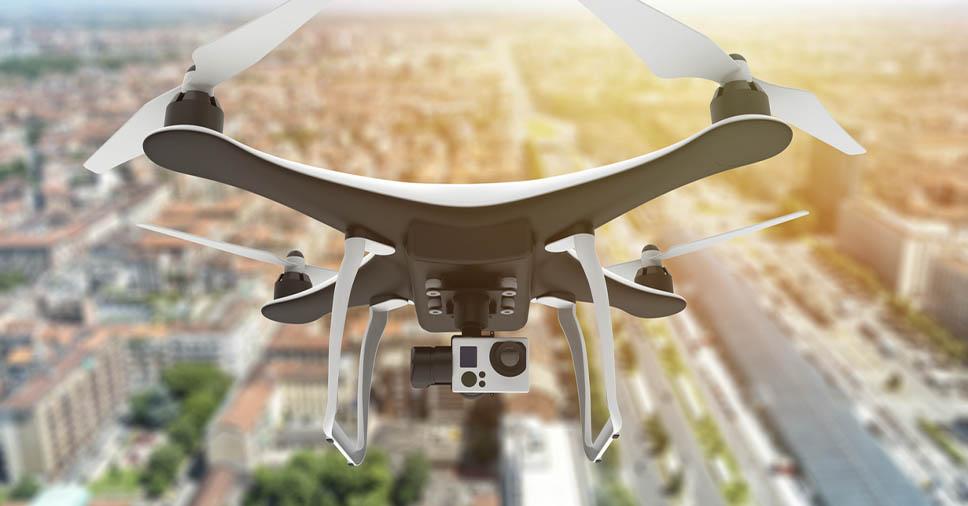 Drone sobrevoando a cidade para ilustrar a expansão do mercado de drone