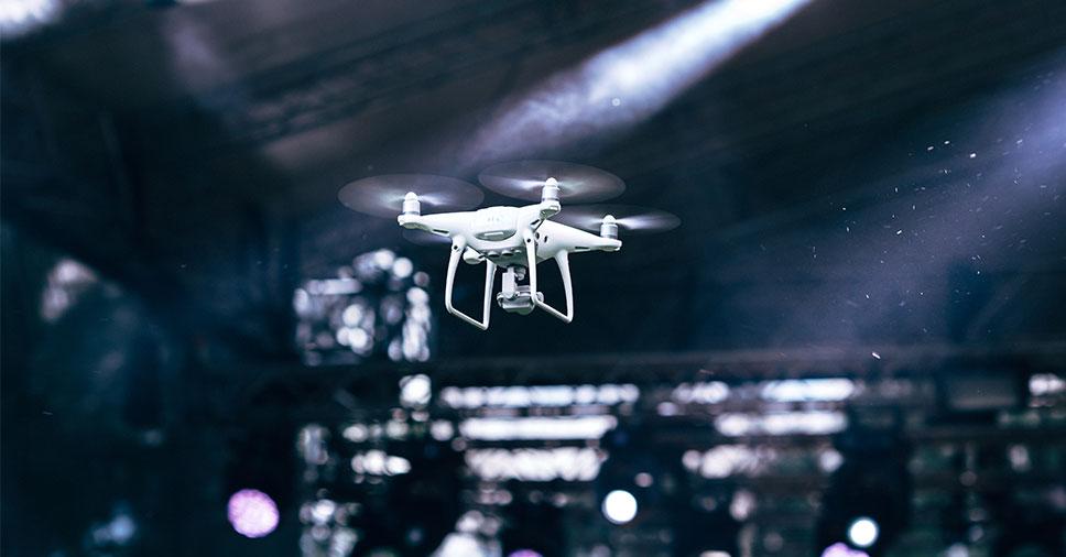 filmagem de eventos com drones sobrevoando a plateia