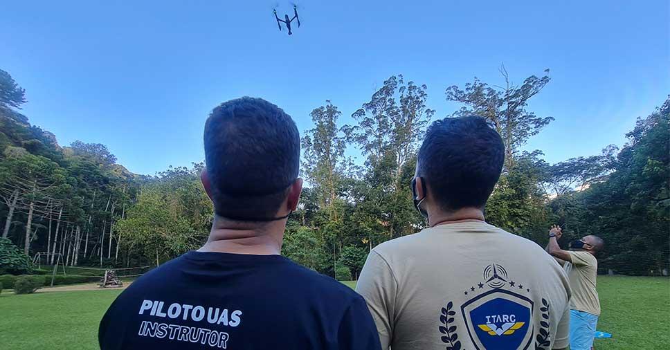 dois homens apresentando o curso de formação de drones