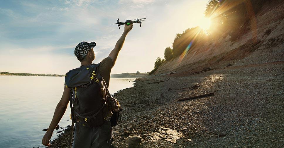 Piloto faz filmagem com drone para ensaios de casal em lugar paradisíaco